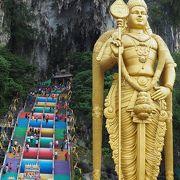 カラフルな階段を上って、ヒンドゥー寺院へ