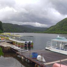 ボートに乗って川をさかのぼります。