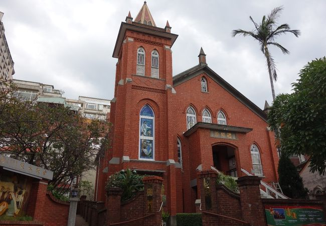 赤レンガが美しいゴシック様式の教会