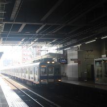 三国ヶ丘駅を通過する南海電車