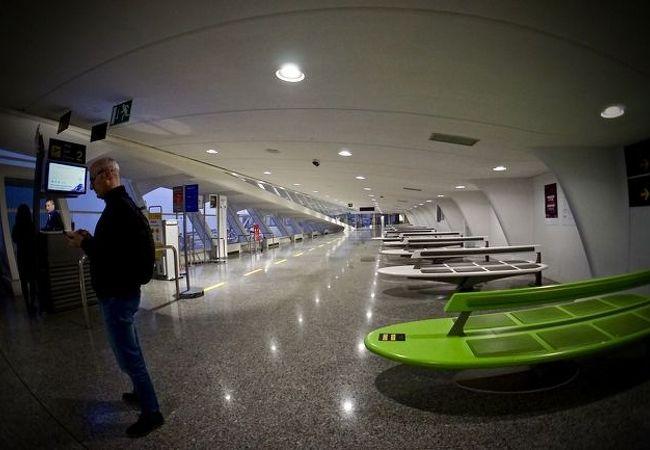 バスク地方の入口。グルメの街:「サンセバスチャン」へは、この空港から入って、車で約1時間半先となります(ビルバオ・サンセバスチャン/バスク地方/スペイン)