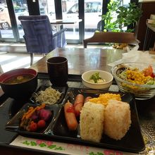 サービスの朝食ビュッフェ