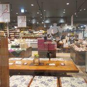新潟駅ココロ内でカラフルパッケージに見とれる新潟のお酒が一杯。米菓も。