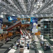 買い物、食事も楽しめる空港