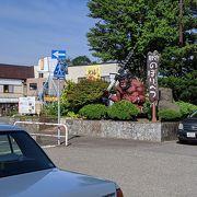 駅前には赤鬼の像