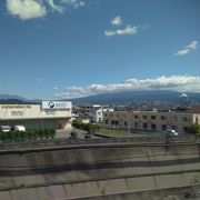静岡県を新幹線が通過中に、山頂付近が、雲に覆われた富士山を撮ったもの