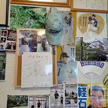 大谷選手ほか、有名人らしき写真やサインがあります