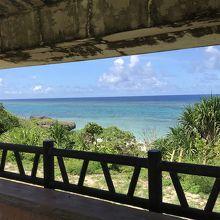 海岸の東屋から眺める黒島の海
