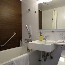 バスルームには清潔感があり…