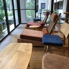 館内に、おしゃれで快適な椅子が置かれてる。