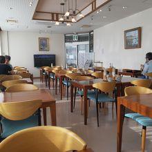 朝食会場。別の日にはお客さんでいっぱいに。
