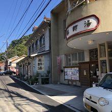 建物外観隣は前の代の建物を利用したカフェ
