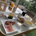 温室風のレストランで優雅な朝食体験
