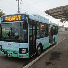 標津バスセンターに停車する標茶行きバス
