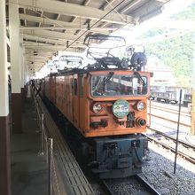 電気機関車が2機で牽引していきます。