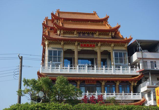 高さが有る現代建築のお寺