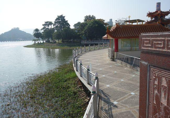 池を見ながら散策が出来る歩道