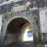 門の下は道路になっています