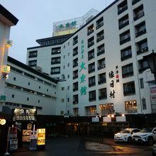 湯畑から望むホテル全貌