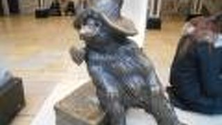 パディントンベアの銅像があります