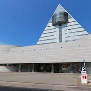 青森港に面した三角形の目立つ建物