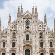 ドゥオーモ (ミラノ大聖堂)前の広場はイモ洗いのように観光客でごった返しています。