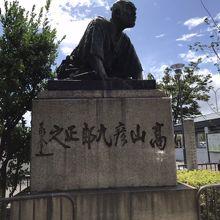 高山彦九郎像