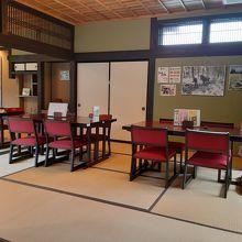 …テーブルをしつらえた和室があったり。