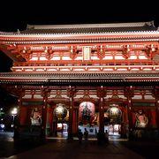 浅草寺境内の入口の大きな門でした。