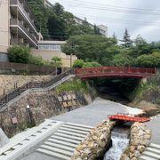 見上げると小さな橋