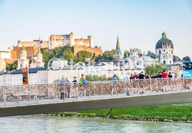 橋の柵にはいわゆる「愛の南京錠」が沢山掛けられています。