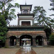 国の重要文化財に指定されている、和漢洋の洋式の入り混じったギヤマンの埋め込まれた神門は必見です