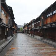 古都金沢を象徴する出格子と石畳が続く古い街並は金沢を代表する観光スポット