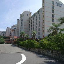 ホテル敷地内の駐車場は狭く、道向かいにありました。