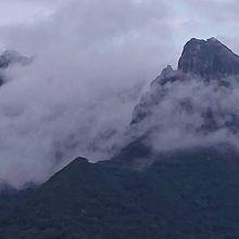 部屋から望む幻想的なモッチョム岳
