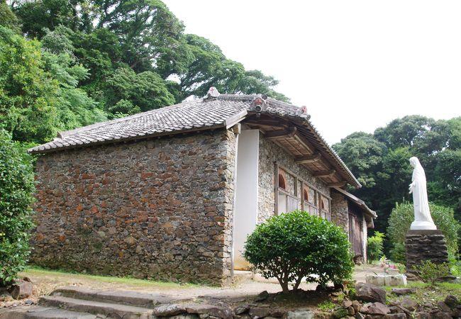 坂道を登った場所にひっそりと佇む教会