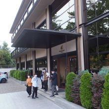 奈良公園に隣接して、近鉄奈良駅にもすぐ、駐車場完備