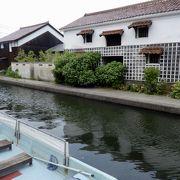旧加茂川に立ち並ぶ白壁