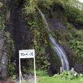 国道沿いの小さな滝