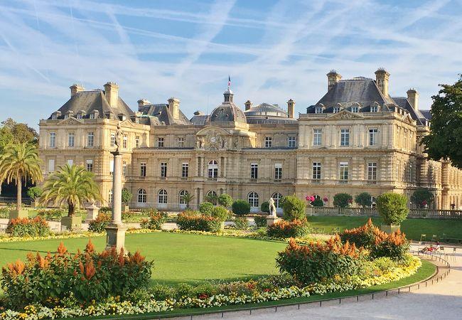 美しい公園内にある豪華な宮殿