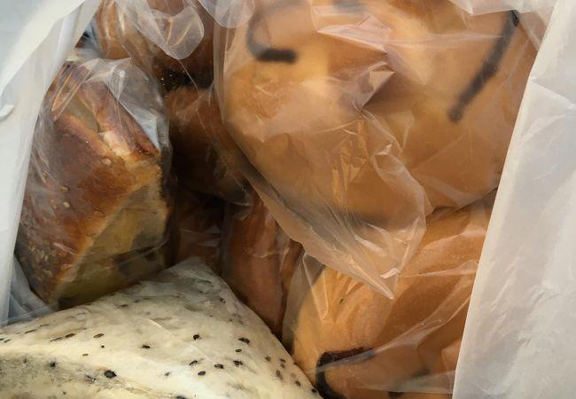 朝早くから空いているパン屋さん