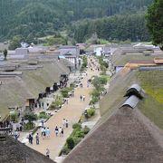 未舗装の道路に茅葺屋根の民家が建ち並ぶ姿は、江戸時代にタイムスリップした気分を味わえます