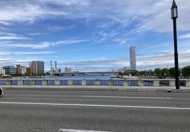万代橋の対岸の橋