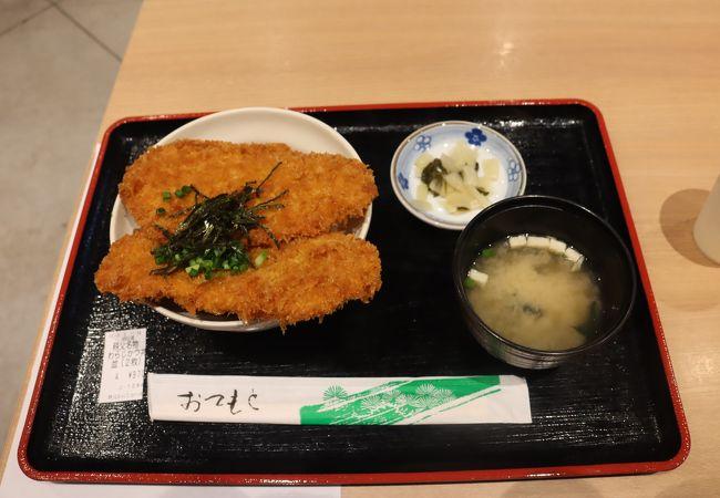 西武秩父駅隣接、フードコートでわらじカツ丼。