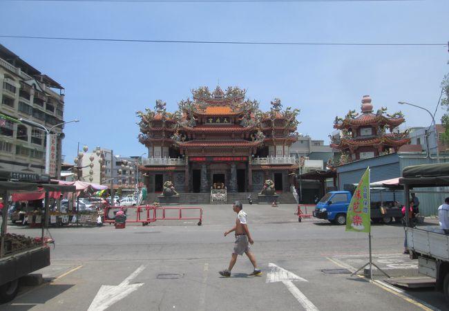 飾りがとても印象的な寺院