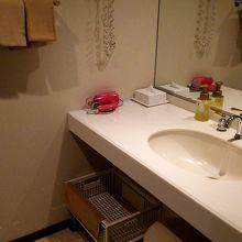 洗面台も広々しています