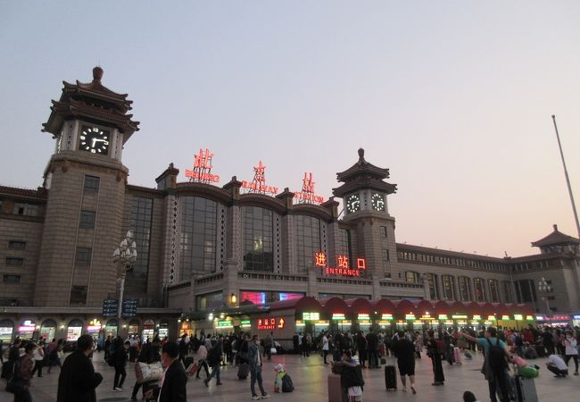 ドラマでしばしば登場する趣のある駅舎が特徴です。