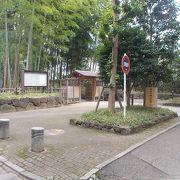 氷川神社の参道の途中にあります。
