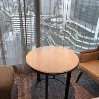 部屋の窓側のテーブルです。外がよく見えます。