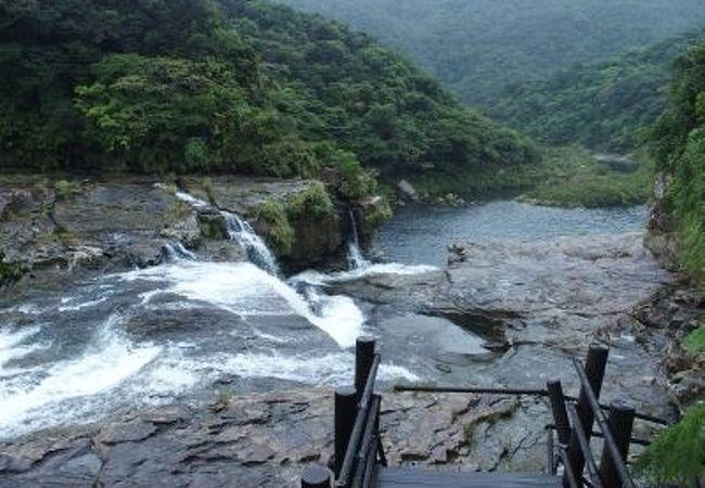 2段になって落ちる大きな滝